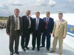 Губернатор МО Б.Громов и Г.Ирейкин на крыле Ту-144Д 77115