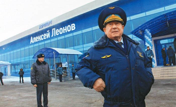 А.А.Леонов перед своим аэропортом