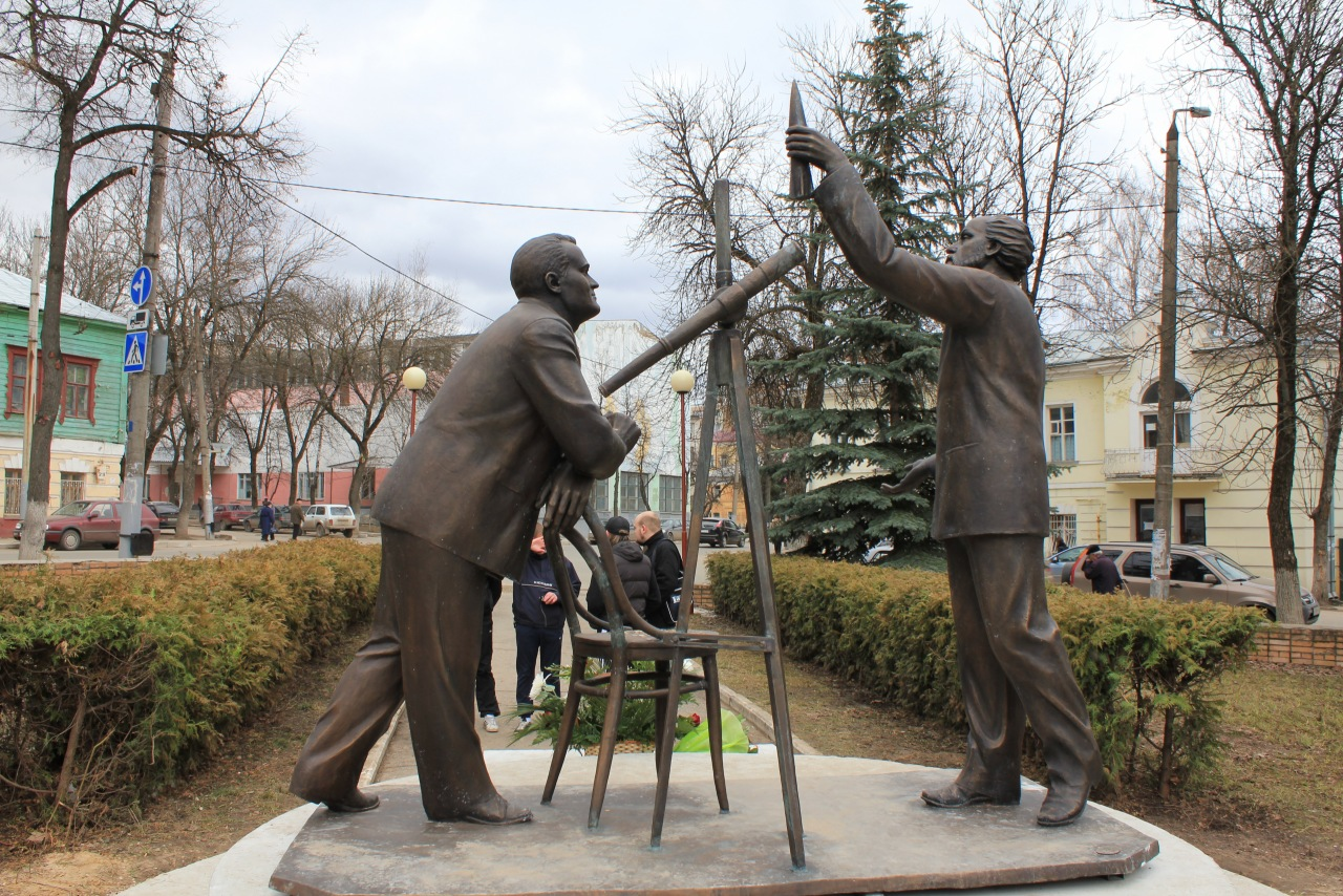 Памятник К.Э.Циолковскому и С.П.Королёву недалеко от дома музея
