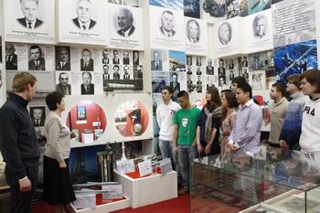 Директор музея МГТУ им. Н.Э. Баумана Галина Базанчук демонстрирует студентам нашу экспозицию