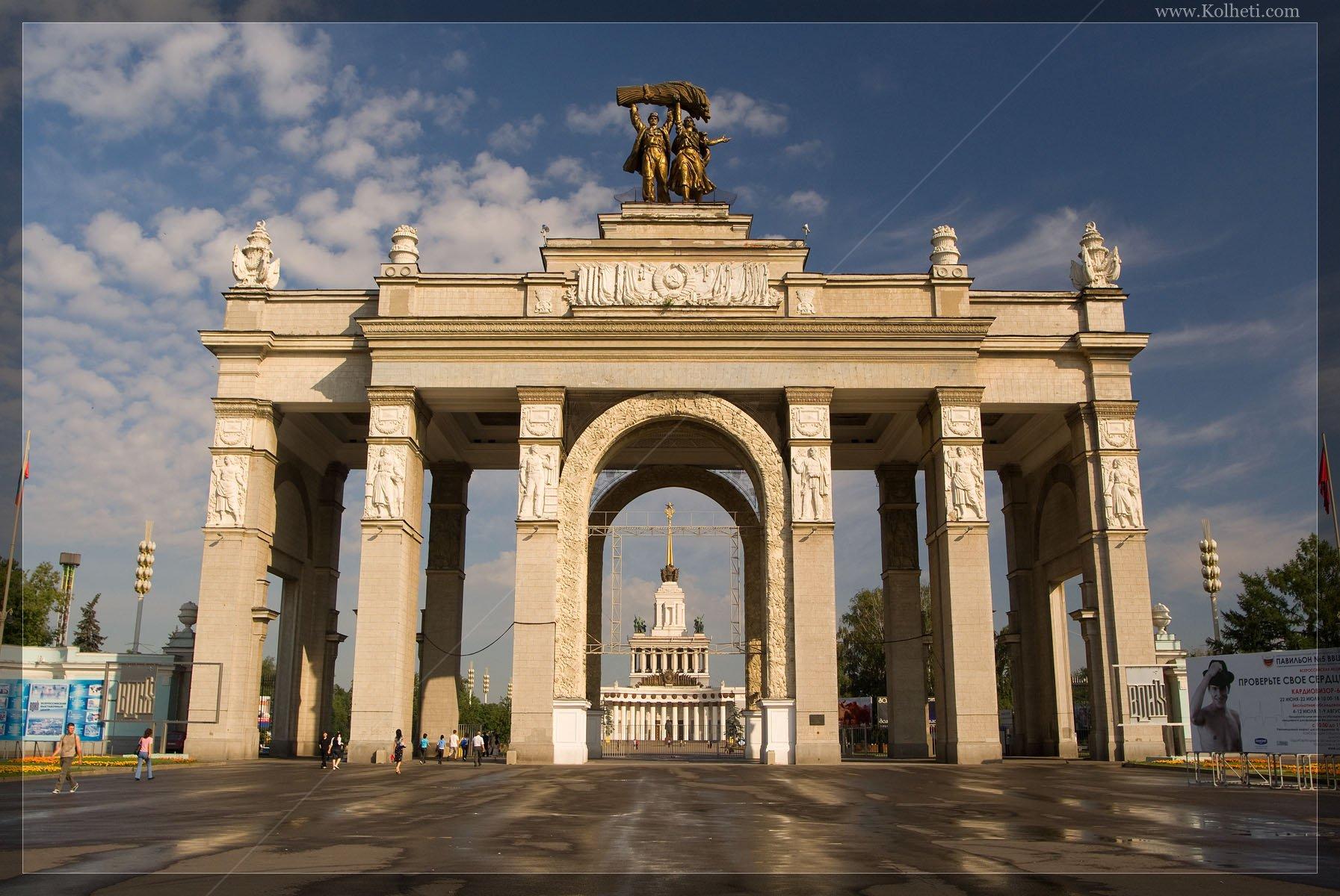 Главный вход на ВВЦ, построенный в 1954 г. архитектором Иннокентием Мельчаковым