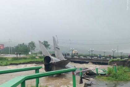В Магадане два самолета смыло в реку