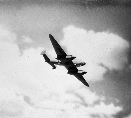 Советский пикирующий бомбардировщик Пе-2 в полете