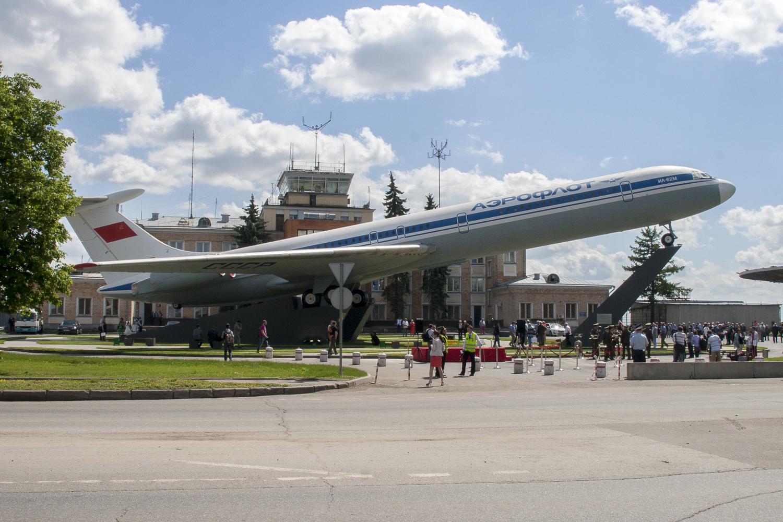 памятник самолету Ил-62
