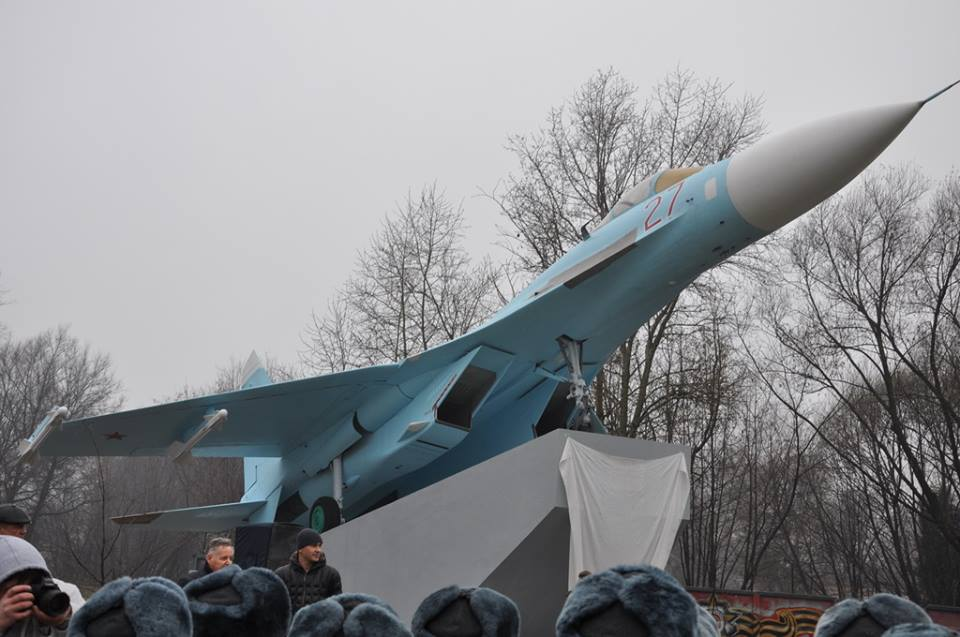 Торжественное открытие памятника истребителю Су-27