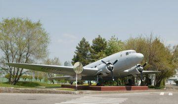 Самолёт-памятник Ли-2