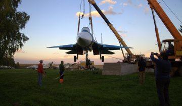 установка самолета Т-10-20 на постамент.