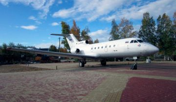 В Югорске установили самолет Як-40